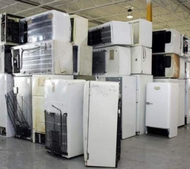 Lucrători la depozitul de electrocasnicelor vechi. Germania