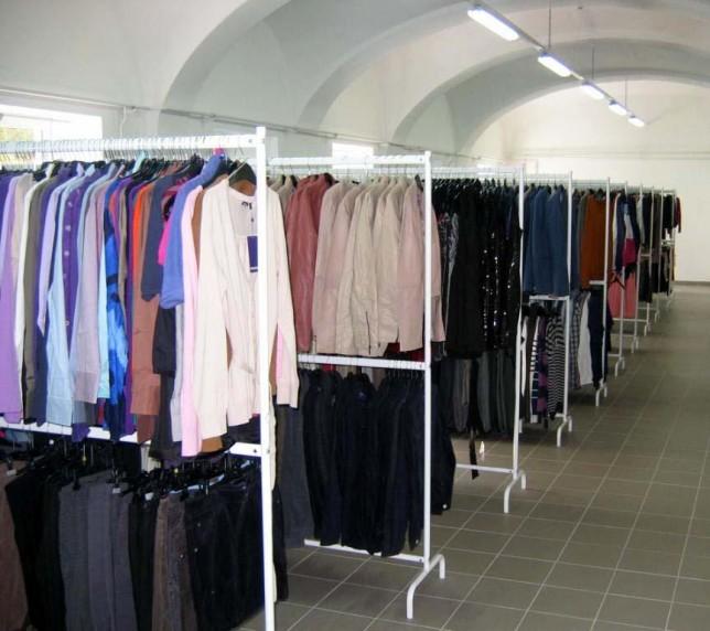 Muncitori la sortarea hainelor. Germania.