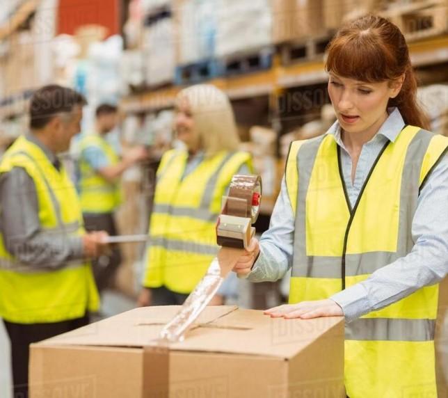 Неквалифицированные рабочие в обувном магазине